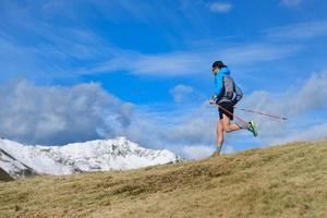 Un hombre entrena para un sendero ultrarrápido en las montañas. foto