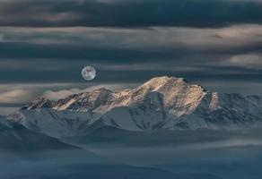 paisaje de montaña y desierto con nieve foto