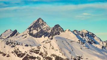 la montaña de encaje diavolo en el valle superior de brembana. donde se origina el río brembo foto