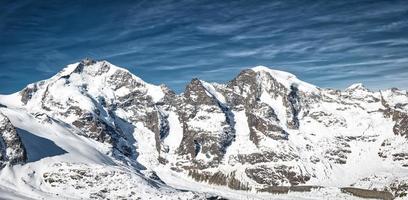 Panorama montañoso de los alpes réticos piz bernina y piz morteratsch foto