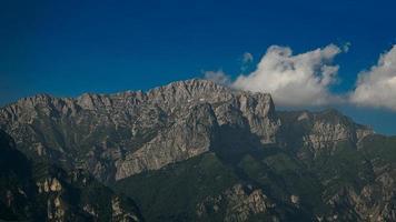 Monte Grigna sobre la ciudad de Lecco en Italia foto