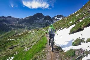 Ciclismo de montaña en un pequeño y estrecho sendero de montaña. foto