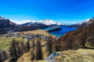 Sils Maria Village del valle de Engadine, cerca de Saint Moritz con el lago de Sils foto