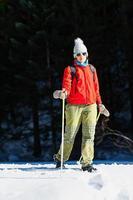caminar en la nieve en la primavera. una mujer foto
