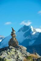 marca del camino correcto en las altas montañas foto