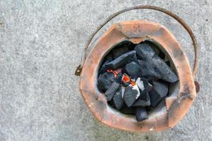 Estufa de carbón de vista superior con espacio de copia foto
