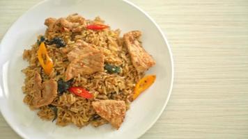 arroz frito de cerdo con hierbas video