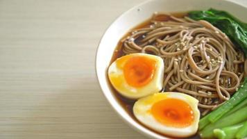 ramen noodles with egg - vegan and vegetarian food style video