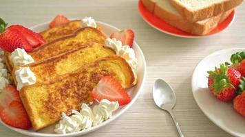 pain perdu aux fraises fraîches et crème fouettée video