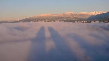 timelapse di edifici della città con nuvole e neve in montagna durante la giornata di sole video