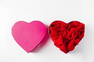 Caja de regalo abierta en forma de corazón sobre fondo blanco. foto
