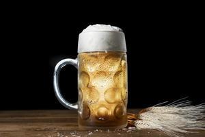 Cerrar cerveza bávara con mesa de espuma foto