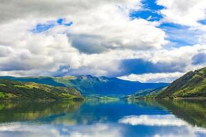 increíble paisaje noruego coloridas montañas fiordos bosques jotunheimen noruega foto