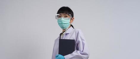 doctor en uniforme apunta a un área vacía. gesto manual. foto