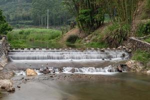 ríos y puentes en pueblos de montaña foto