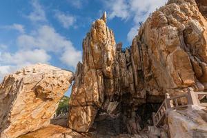 piedras de diversas formas erosionadas por el mar bajo el cielo azul foto
