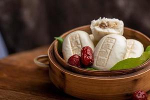 bollo relleno al vapor hecho de azufaifo, yogur y harina, con bollo de yogur azufaifo impreso en la superficie foto