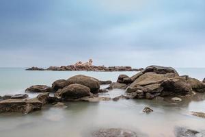 mañana nublada, agua de mar, arrecifes e islas foto