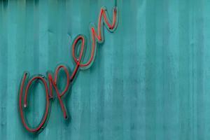 Carta abierta letrero de neón en la pared de acero azul en Brasil foto