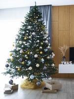 árbol de navidad con decoraciones foto
