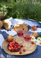 Establecer para picnic en una manta en campo lavanda foto