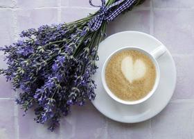 taza de café con postre de macarrones con sabor a lavanda foto