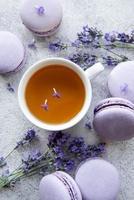taza de té con postre de macarrones con sabor a lavanda foto