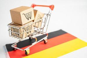 Caja con logotipo de carrito de compras y bandera de Alemania, importación, exportación, compras en línea o comercio electrónico, servicio de entrega de finanzas, tienda, envío de productos, comercio, concepto de proveedor. foto