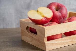 manzana y media fruta en caja de madera con espacio de copia. foto