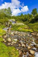Increíble paisaje noruego con una hermosa cascada de río en vang noruega foto