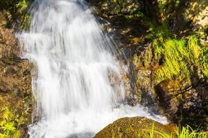 agua corriente de una pequeña cascada hermosa, vang, noruega foto