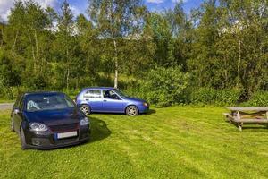 Coches aparcados en azul negro en la naturaleza del paisaje de Noruega foto