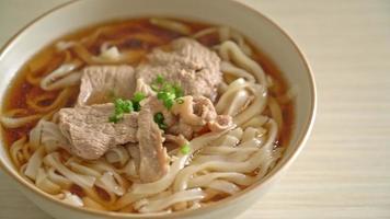 Fideos udon ramen caseros con carne de cerdo al estilo de comida japonesa video
