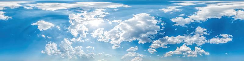 cielo azul con nubes de luz panorámica perfecta en formato equirectangular esférico con cenit completo para usar en gráficos 3D, juegos y para compuestos en drones aéreos Panorámicas de 360 grados como una cúpula del cielo foto