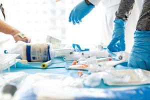 Doctores irreconocibles en la mesa con equipo médico para la prueba de coronavirus. foto