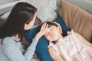 niña asiática enferma durmiendo foto