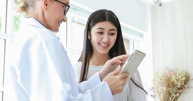 Reunión con el médico y explicando la medicación a la paciente en su oficina en los hospitales foto