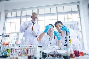 La investigación médica y los científicos están trabajando con un microscopio y una tableta y tubos de ensayo, micropipetas y resultados de análisis en un laboratorio. foto