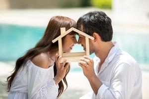 Los amantes de las parejas románticas están deseando planificar una casa. foto