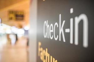 aeropuerto dentro de la terminal y mostrador de facturación foto