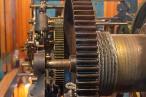 Detalle del mecanismo del reloj de la torre con ruedas dentadas foto