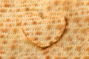 fondo de pan de matzá en forma de corazón foto