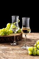 bebida italiana de grappa dorada foto
