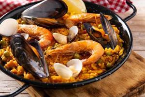 paella de marisco tradicional española foto
