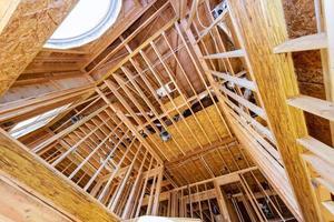 casa residencial con marco de madera en construcción instalación de la casa el techo de la casa foto