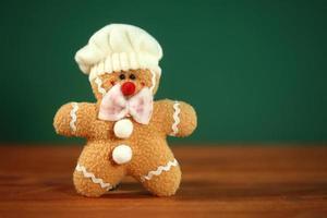 muñeco de navidad de pan de jengibre casero relleno foto