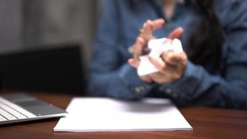 une femme d'affaires écrit et froisse du papier mal écrit. video