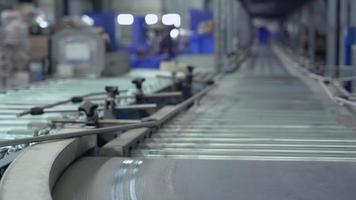 linhas de embalagem no armazém. video