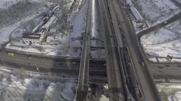 vista dall'alto sulla città con la neve. video