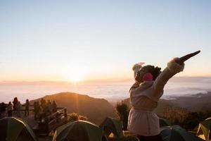 mujer feliz despierta por la mañana en la montaña foto